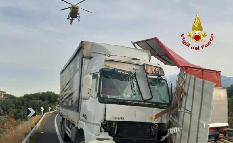 https://www.ragusanews.com//immagini_articoli/15-09-2020/incidente-tra-due-mezzi-pesanti-un-morto-500.jpg