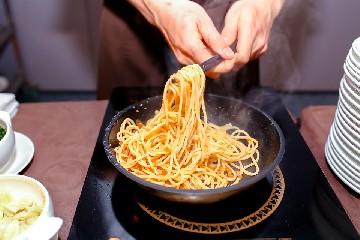 https://www.ragusanews.com//immagini_articoli/15-09-2020/mangiare-in-piedi-e-vero-che-aiuta-a-dimagrire-240.jpg