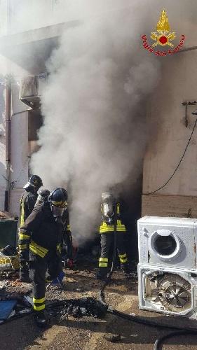 https://www.ragusanews.com//immagini_articoli/15-09-2021/1631701943-ispica-fuoco-in-garage-i-pompieri-di-modica-evitano-il-peggio-foto-1-500.jpg