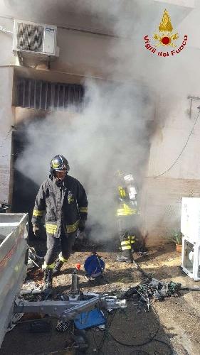 https://www.ragusanews.com//immagini_articoli/15-09-2021/1631701944-ispica-fuoco-in-garage-i-pompieri-di-modica-evitano-il-peggio-foto-2-500.jpg