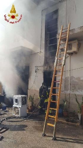 https://www.ragusanews.com//immagini_articoli/15-09-2021/1631701947-ispica-fuoco-in-garage-i-pompieri-di-modica-evitano-il-peggio-foto-4-500.jpg