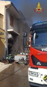 https://www.ragusanews.com//immagini_articoli/15-09-2021/1631701948-ispica-fuoco-in-garage-i-pompieri-di-modica-evitano-il-peggio-foto-5-280.jpg