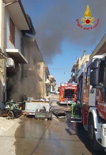 https://www.ragusanews.com//immagini_articoli/15-09-2021/1631701950-ispica-fuoco-in-garage-i-pompieri-di-modica-evitano-il-peggio-foto-6-500.jpg