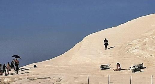 https://www.ragusanews.com//immagini_articoli/15-09-2021/1631702339-per-lo-spot-armani-alla-scala-dei-turchi-non-esiste-divieto-foto-1-280.jpg