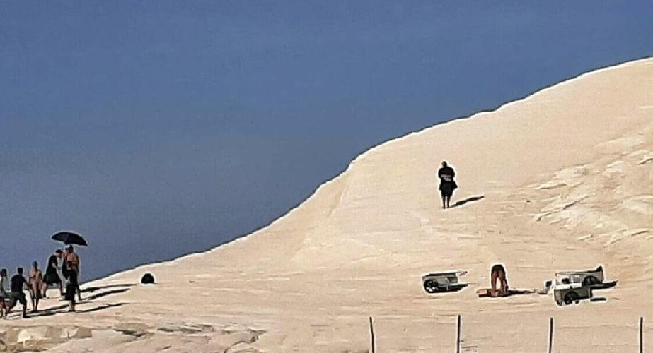 https://www.ragusanews.com//immagini_articoli/15-09-2021/1631702339-per-lo-spot-armani-alla-scala-dei-turchi-non-esiste-divieto-foto-1-500.jpg