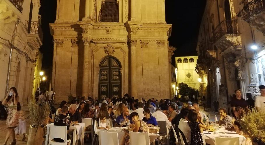 https://www.ragusanews.com//immagini_articoli/15-09-2021/sicuri-si-mangia-e-beve-meglio-il-green-pass-aiuta-bar-e-ristoranti-500.jpg