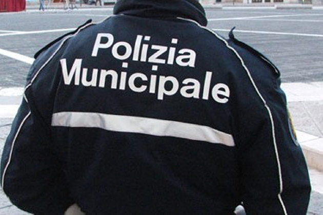 http://www.ragusanews.com//immagini_articoli/15-10-2016/vigili-urbani-vietano-consiglio-comunale-a-modica-caso-in-procura-420.jpg