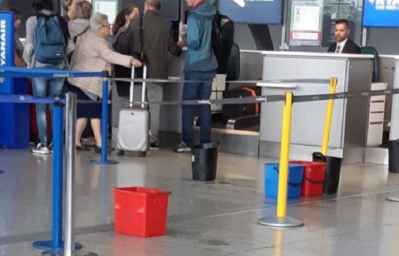https://www.ragusanews.com//immagini_articoli/15-10-2018/piove-dentro-aeroporto-catania-500.jpg