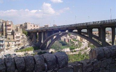 https://www.ragusanews.com//immagini_articoli/15-10-2018/ragusa-giovane-tenta-suicidio-ponte-salvato-poliziotto-240.jpg