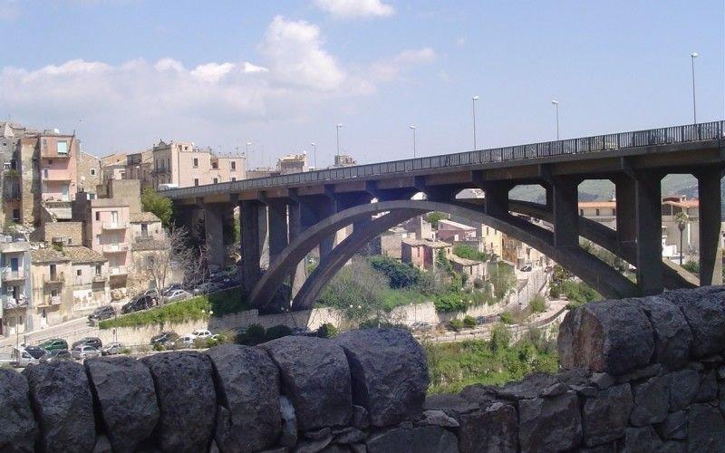 https://www.ragusanews.com//immagini_articoli/15-10-2018/ragusa-giovane-tenta-suicidio-ponte-salvato-poliziotto-500.jpg