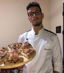 https://www.ragusanews.com//immagini_articoli/15-10-2018/ragusano-carmelo-mallia-pizzachef-emergente-240.jpg