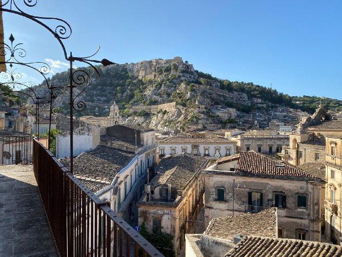 https://www.ragusanews.com//immagini_articoli/15-10-2020/1602747909-le-vie-dei-tesori-occasione-per-visitare-le-grotte-di-chiafura-1-500.jpg
