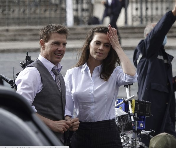 https://www.ragusanews.com//immagini_articoli/15-10-2020/1602779381-le-foto-di-tom-cruise-mentre-gira-mission-impossible-7-a-roma-6-500.jpg