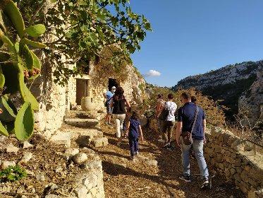 https://www.ragusanews.com//immagini_articoli/15-10-2020/le-vie-dei-tesori-occasione-per-visitare-le-grotte-di-chiafura-280.jpg