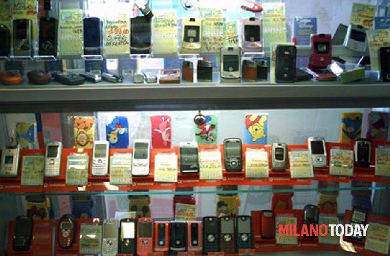 https://www.ragusanews.com//immagini_articoli/15-11-2018/modica-ladri-negozio-telefonini-500.jpg