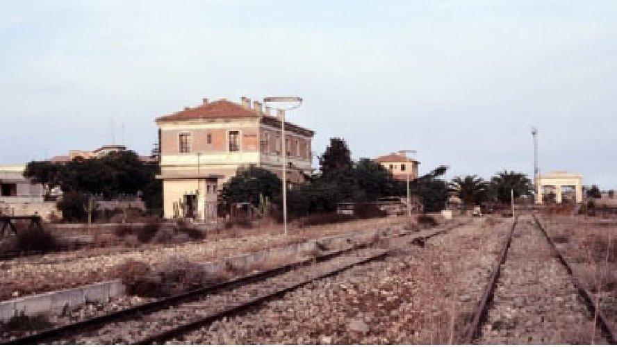https://www.ragusanews.com//immagini_articoli/15-11-2018/recuperi-ferrovia-vino-500.jpg