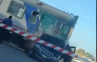 https://www.ragusanews.com//immagini_articoli/15-11-2018/resta-furgone-passaggio-livello-arriva-treno-video-240.jpg