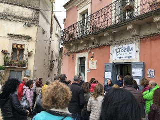 https://www.ragusanews.com//immagini_articoli/15-11-2019/1573830671-per-scoprire-il-miele-di-monterosso-almo-si-festeggia-lautunno-diffuso-1-240.jpg