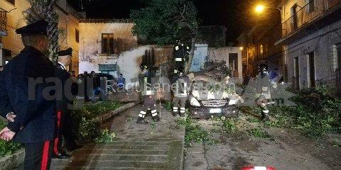 https://www.ragusanews.com//immagini_articoli/15-11-2019/1573857534-tragedia-sfiorata-albero-di-carrubo-rovina-su-mercedes-video-1-240.jpg