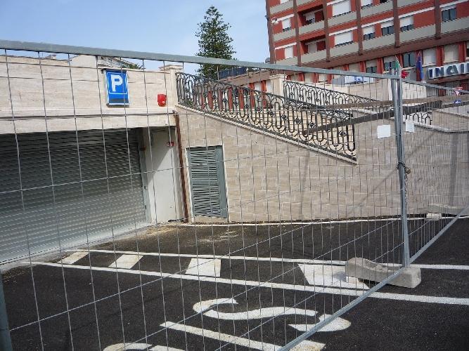 http://www.ragusanews.com//immagini_articoli/15-12-2014/parcheggio-piazza-stazione-inferriata-piu-adatta-ad-un-carcere-500.jpg