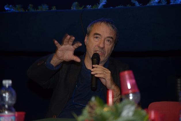 http://www.ragusanews.com//immagini_articoli/15-12-2016/il-papa-in-versi-di-david-riondino-al-vittoria-film-peace-fest-420.jpg