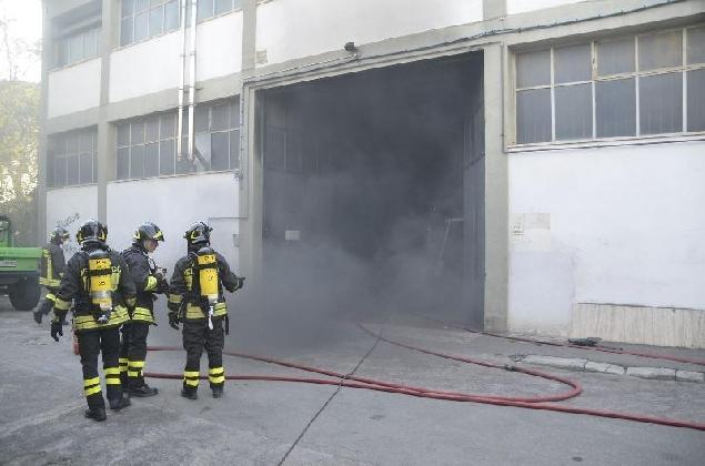 https://www.ragusanews.com//immagini_articoli/15-12-2016/incendio-in-un-magazzino-di-vittoria-420.jpg