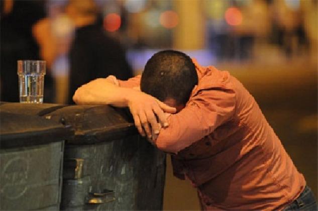 http://www.ragusanews.com//immagini_articoli/15-12-2016/ubriaco-in-mezzo-alla-strada-danneggia-le-auto-e-urla-frasi-senza-senso-420.jpg
