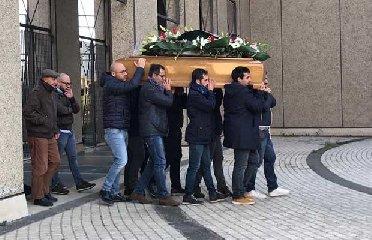 https://www.ragusanews.com//immagini_articoli/15-12-2018/paterno-celebrati-funerali-uomo-ucciso-famiglia-240.jpg