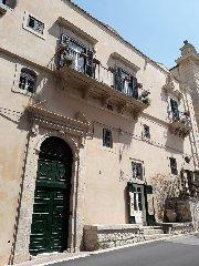 https://www.ragusanews.com//immagini_articoli/15-12-2019/1576417842-castello-di-modica-e-dintorni-luoghi-di-poesia-1-240.jpg