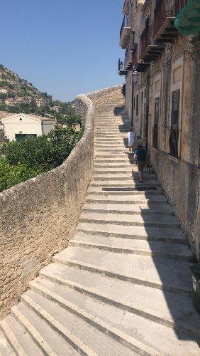 https://www.ragusanews.com//immagini_articoli/15-12-2019/1576417842-castello-di-modica-e-dintorni-luoghi-di-poesia-2-500.jpg