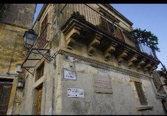 https://www.ragusanews.com//immagini_articoli/15-12-2019/1576417843-castello-di-modica-e-dintorni-luoghi-di-poesia-3-240.jpg