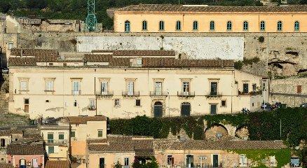 https://www.ragusanews.com//immagini_articoli/15-12-2019/castello-di-modica-e-dintorni-luoghi-di-poesia-240.jpg