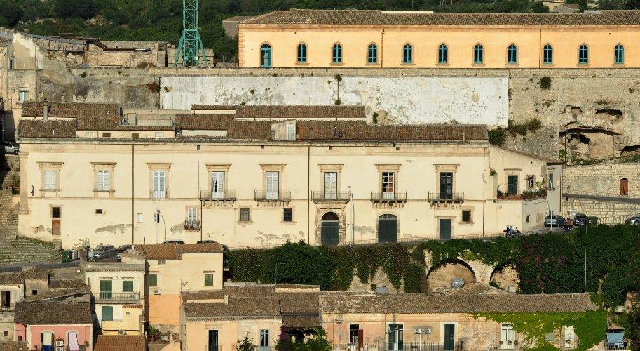 https://www.ragusanews.com//immagini_articoli/15-12-2019/castello-di-modica-e-dintorni-luoghi-di-poesia-500.jpg