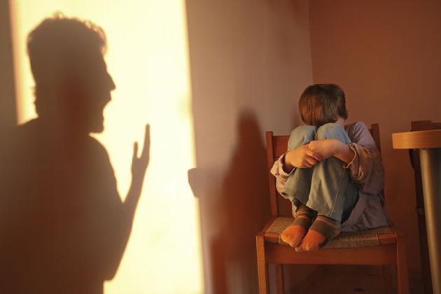 http://www.ragusanews.com//immagini_articoli/16-01-2017/maltrattava-propri-figli-vantava-condannato-anno-mesi-420.jpg