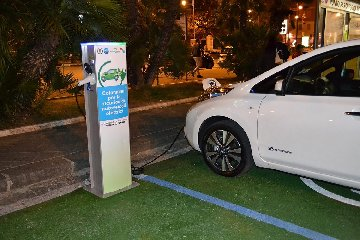 http://www.ragusanews.com//immagini_articoli/16-01-2018/modica-saranno-impianti-ricarica-auto-elettriche-240.jpg