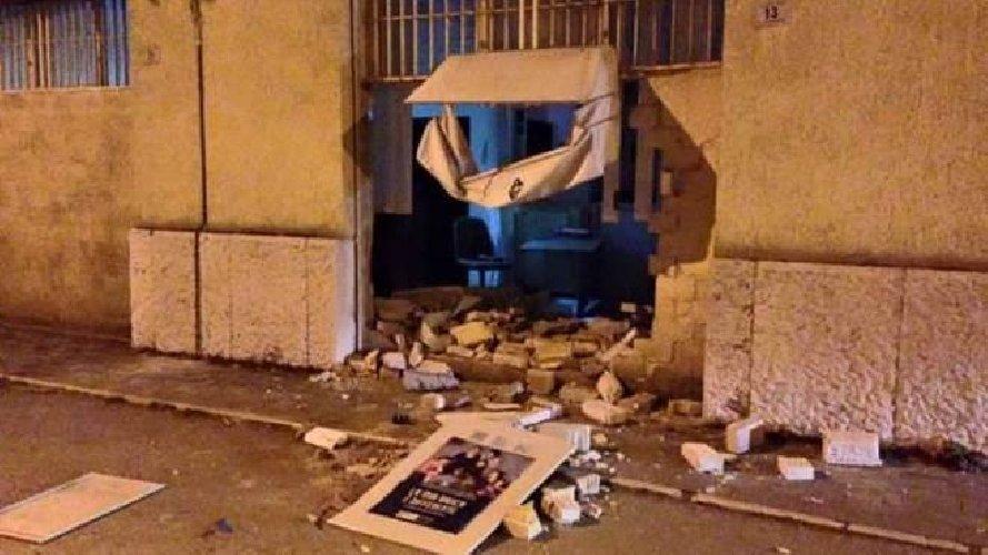 Siracusa, arrestata la banda specializzata nel furto di sportelli bancomat con l'escavatore