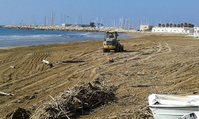 https://www.ragusanews.com//immagini_articoli/16-02-2017/marina-comune-pulisce-spiaggia-finalmente-420.jpg