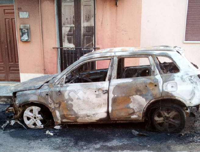 https://www.ragusanews.com//immagini_articoli/16-02-2018/incendiata-macchina-scoglitti-500.png