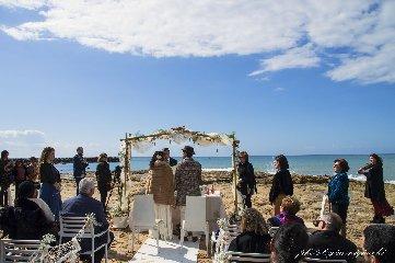 https://www.ragusanews.com//immagini_articoli/16-02-2020/1581874774-romantico-matrimonio-spiaggia-commissario-montalbano-1-240.jpg