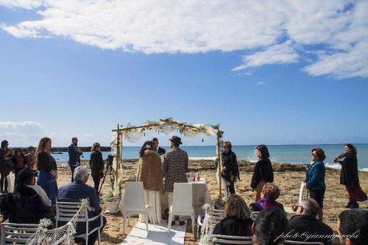 https://www.ragusanews.com//immagini_articoli/16-02-2020/1581874774-romantico-matrimonio-spiaggia-commissario-montalbano-1-500.jpg