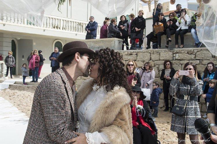 https://www.ragusanews.com//immagini_articoli/16-02-2020/romantico-matrimonio-spiaggia-commissario-montalbano-500.jpg
