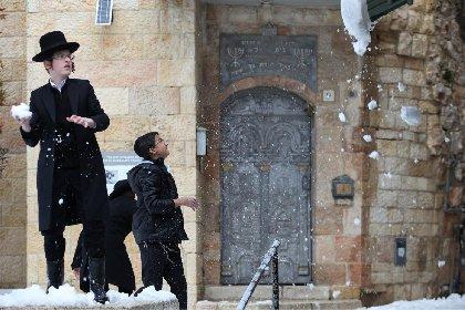 https://www.ragusanews.com//immagini_articoli/16-02-2021/1613430703-puo-nevicare-nel-deserto-gian-stefano-spoto-racconta-la-guerra-di-gaza-1-280.jpg
