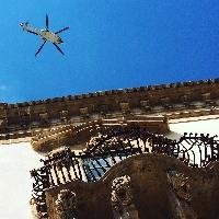 http://www.ragusanews.com//immagini_articoli/16-03-2017/elicottero-polizia-scatta-immagine-calendario-scicli-200.jpg