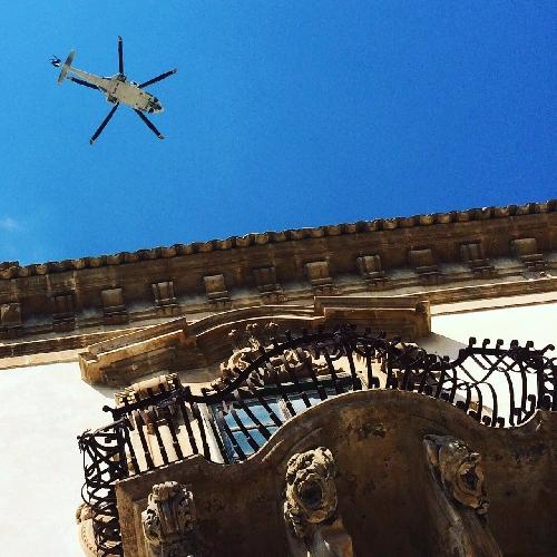 http://www.ragusanews.com//immagini_articoli/16-03-2017/elicottero-polizia-scatta-immagine-calendario-scicli-500.jpg
