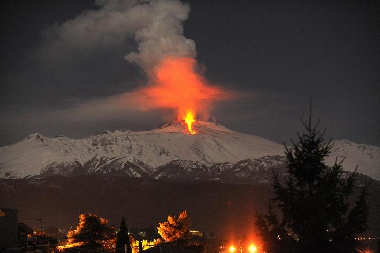 http://www.ragusanews.com//immagini_articoli/16-03-2017/eruzione-etna-ferite-dieci-persone-500.jpg
