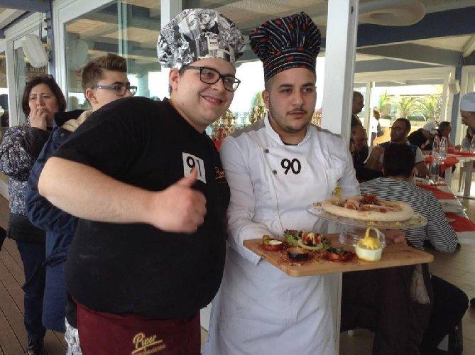 https://www.ragusanews.com//immagini_articoli/16-03-2018/giovani-pizzaioli-chiaramontani-campionato-mondiale-pizza-bianca-500.jpg