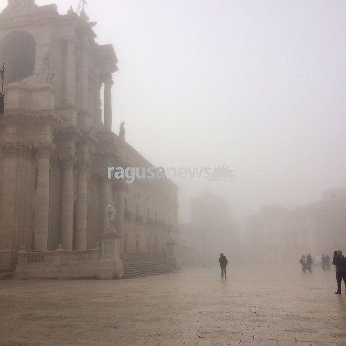 https://www.ragusanews.com//immagini_articoli/16-03-2018/lupa-mare-avvolge-ortigia-fascino-500.jpg