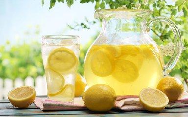 https://www.ragusanews.com//immagini_articoli/16-03-2019/acqua-limone-magica-bevanda-rigenera-lorganismo-240.jpg
