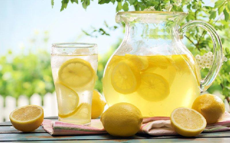 https://www.ragusanews.com//immagini_articoli/16-03-2019/acqua-limone-magica-bevanda-rigenera-lorganismo-500.jpg