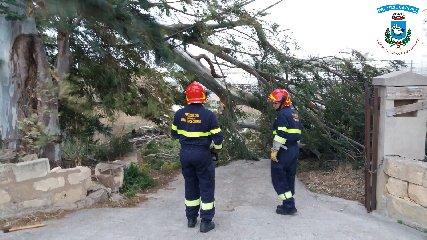 https://www.ragusanews.com//immagini_articoli/16-04-2018/santa-croce-dopo-bufera-vento-contano-danni-240.jpg